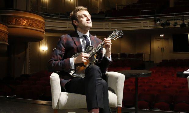 "Chris Thile kann auf der Mandoline alles. Ab Oktober führt er durch ""A Prairie Home Companion""."