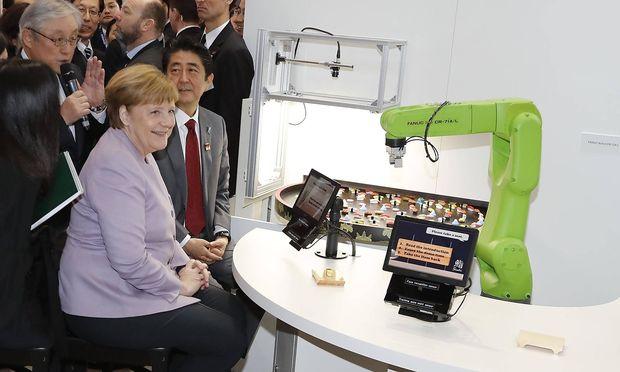 Merkel und Abe besuchten gemeinsam die Technologie-Messe Cebit in Hannover.