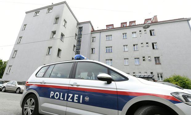 Eine 45-jährige Frau und ihre 18-jährigen Töchter, Zwillinge, verhungern in der eigenen Wohnung – in einem Gemeindebau in Wien-Floridsdorf.