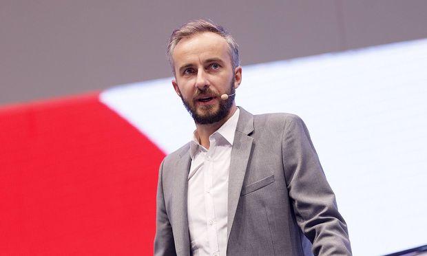 Jan Boehmermann auf der Buehne des Congress Centrums der dmexco 2018 Fachmesse fuer digitales Marketin