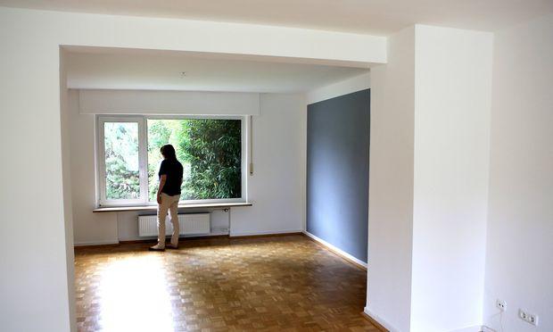 Das Wohnzimmer eines leerstehendes Hauses mit frisch gestrichenen W�nden Symbolfoto Immobilienmarkt