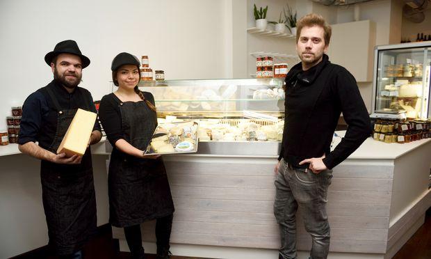 Klaus Gassner, Sarah Vobr und Wolfgang Zankl-Sertl (von links) in der neuen Käsebar Edelschimmel im neunten Wiener Bezirk.