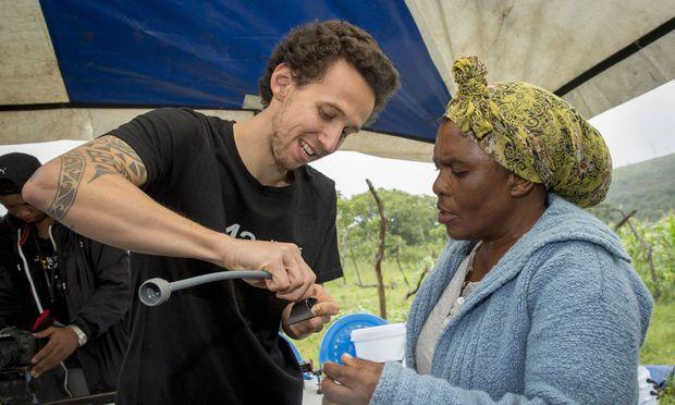 Ein großer Teil der Weltbevölkerung hat keinen Zugang zu sauberem Wasser. Lösungen wie diesen Filter gibt es längst – man müsse sie nur zu den Menschen bringen, sagt Max Haidbauer.