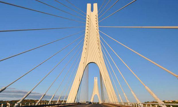 Formschön. Die berühmte Brücke über den Rio Arade bei Portimão.