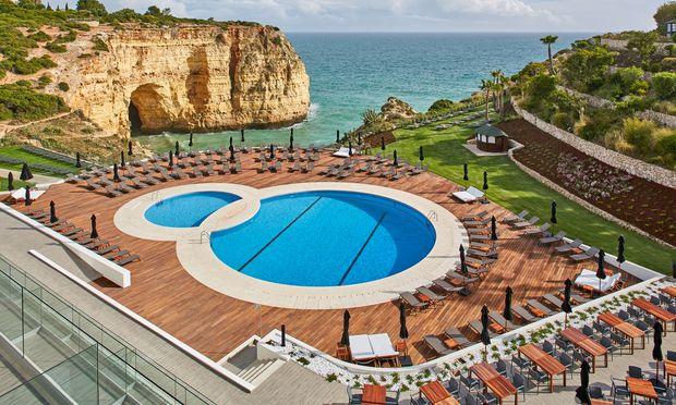 Klassisch. Die Küste des Algarve: eine Abfolge von Klippen, Stränden, Pools.