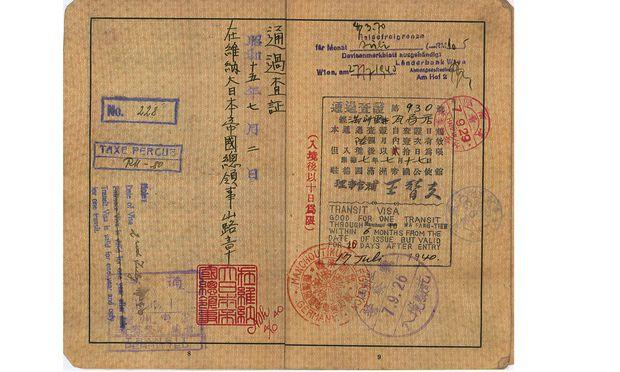 Die Nazis verlangten von Juden ein Visum oder ein Schiffsticket, um das Deutsche Reich verlassen zu können. He stellte Visa für Shanghai aus.