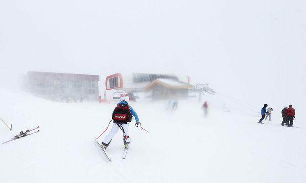 ÖSV-Läuferin Stefanie Köhle auf dem Weg zum Lift im verschneiten Val d'Isère
