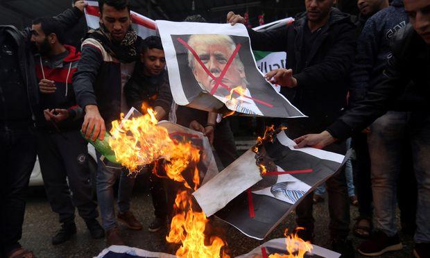 Palästinenser verbrennen im Gazastreifen – für die Kameras – Bilder von Trump und Netanjahu.