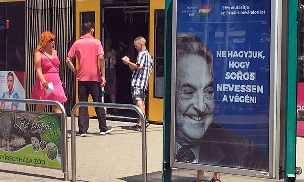 """""""Lassen Sie George Soros nicht zuletzt lachen"""", heißt es auf dem Plakat in Budapest."""