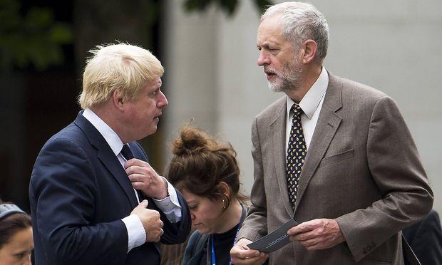 Jeremy Corbyn (rechts) ist ein erbitterter Gegner von Johnsons No-Deal-Brexit-Kurs.