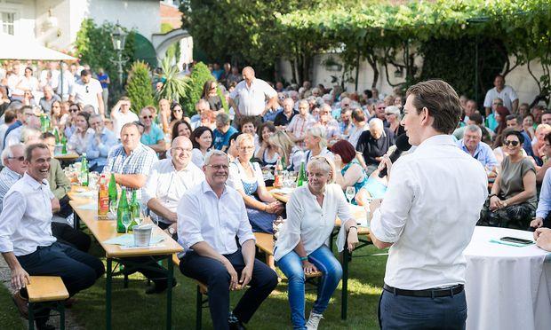 Sebastian Kurz Leithaprodersdorf Diskussionsveranstaltung & Get-together mit Buergerinnen & Buergern im Heurigen Eder am Spitz by Akos Burg