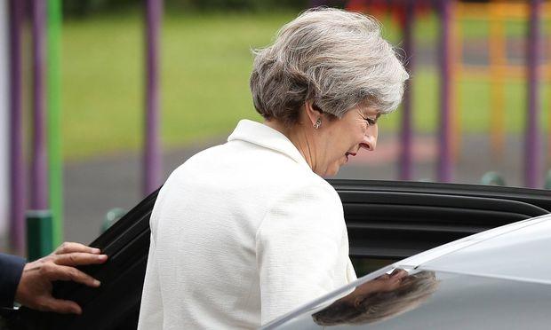 Für Theresa Mays konservative Partei ist es doch noch ein knappes Rennen geworden.