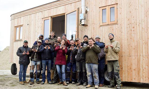 Das Team von Wohnwagon vor einem Tiny House.
