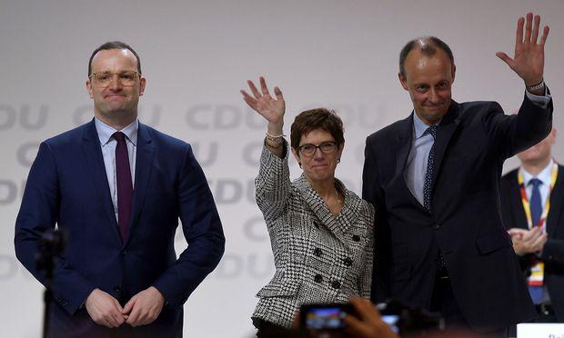 Kramp-Karrenbauer mit ihren unterlegenen Kontrahenten am Parteitag.