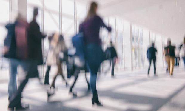 Abstraktes Foto von Pendlern die einen Gang entlang gehen *** Abstract photo of commuters walking