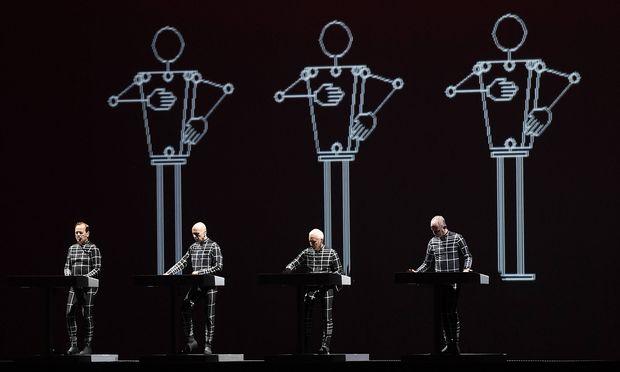 Showtechnisch Robotern nahe: Kraftwerk.
