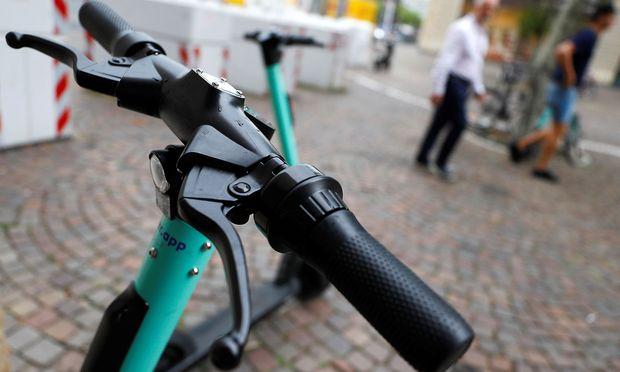 Symbolbild. In Mailand waren sieben Anbeiter von Leih-E-Scootern aktiv, sie haben bis auf Weiteres jetzt keine Lizenz mehr.