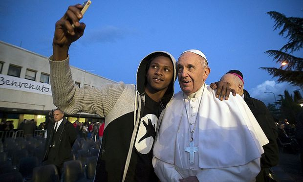 Der Papst macht auch Selfies.