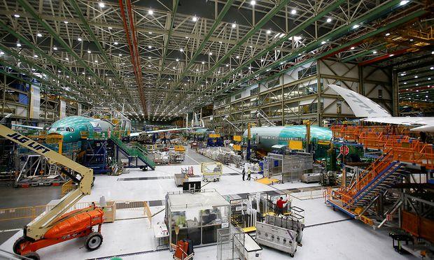 Mehrere Bauteile von 777X-Maschinen warten in der Boeing-Fabrik in Everett im US-Bundesstaat Washington auf ihren Einsatz.