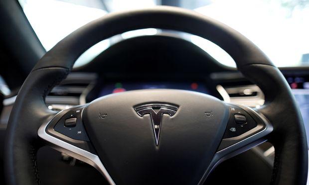 Tesla dürfte demnächst wieder rote Zahlen vorlegen, glauben Analysten.