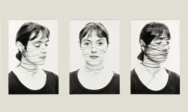 """Beklemmung und Befreiung sind bei vielen Künstlerinnen Thema, so auch bei Annegret Soltau in """"Selbst""""."""