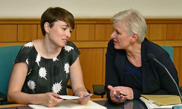 Ex-Abgeordnete Sigrid Maurer mit Anwältin Maria Windhager beim Prozessauftakt im September. Am Dienstag fiel das Urteil.