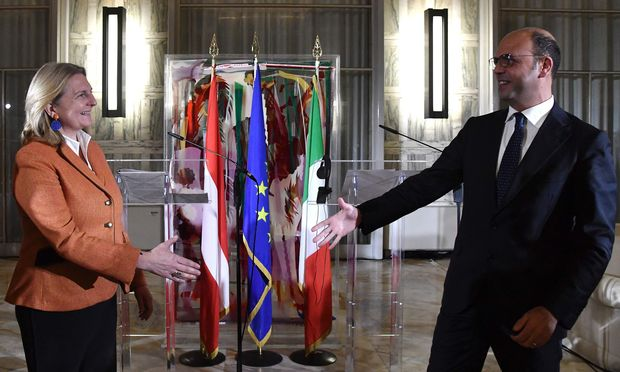 """""""Wir sind zwei Länder, die miteinander reden"""": Österreichs Außenministerin Karin Kneissl traf ihren italienischen Kollegen Angelino Alfano in Rom. / Bild: (c) APA/AFP/TIZIANA FABI"""