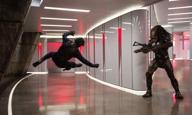 Einer von vielen, die das Zusammentreffen mit dem Predator nicht überleben werden. Der besitzt nämlich ein großes Arsenal an Waffen, Kugeln können ihm nichts anhaben. Und unsichtbar machen kann er sich auch.
