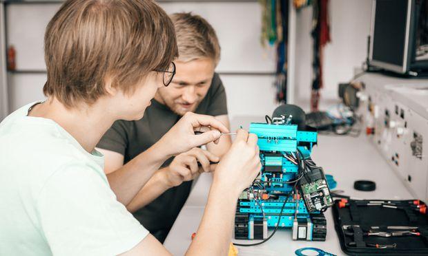 Im Rahmen einer IT-Projektwoche an der FH Salzburg bauen Schüler im Team Roboter, die dann in einer Battle gegeneinander antreten.