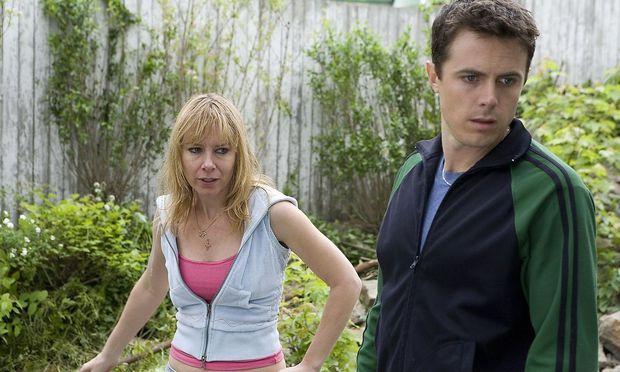 Helenes (Amy Ryan) Kind ist verschollen, Patrick (Casey Affleck) sucht es.