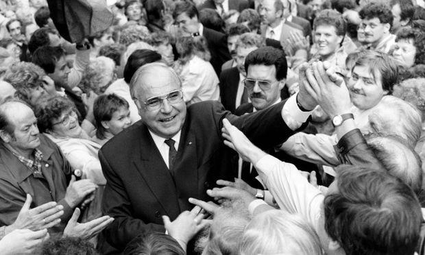 Archivbild: Helmut Kohl genießt das Bad in der Menge.