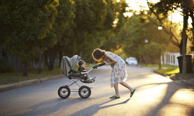 Das Kind hüten, statt sich im Büro zu verausgaben: Vor allem Frauen drängen nach der Geburt des ersten Kindes in Teilzeitjobs.