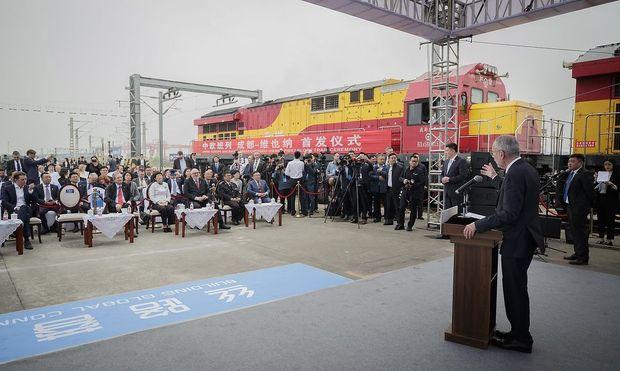 Vor einem Jahr eröffnete Bundespräsident Alexander Van der Bellen in Chengdu die Direktverbindung.