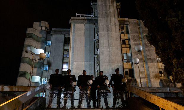 Polizei vor dem Staats-TV-Gebäude in Podgorica