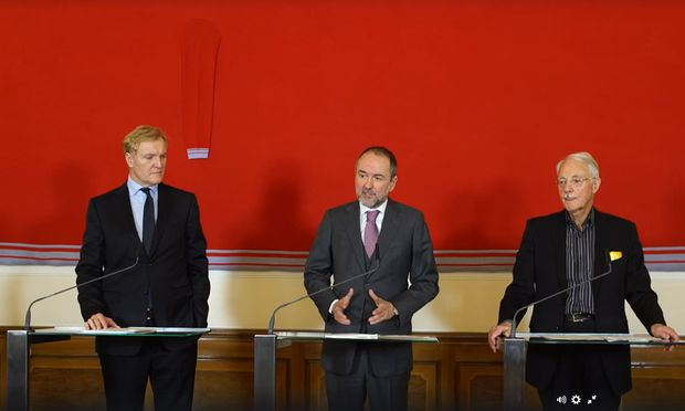 Schröder, Drozda und Essl bei der Bekanntgabe der Übergabe