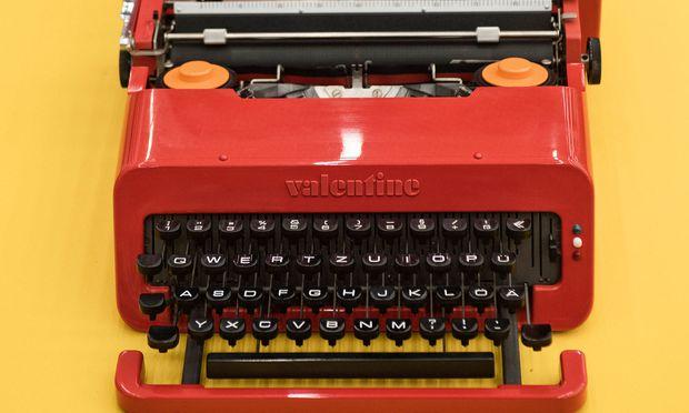 """Rot für die Reise. Das Modell """"Valentine"""" entwarf Sottsass für Olivetti."""