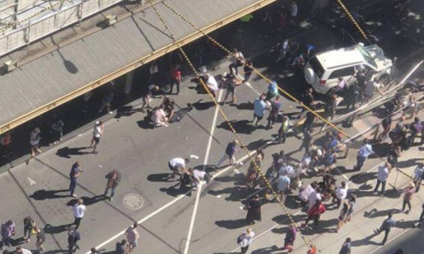 Autofahrer rast absichtlich in Menschenmenge