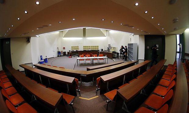Der Gerichtssaal kann dem großen öffentlichen Interesse nicht ausreichend Platz bieten.