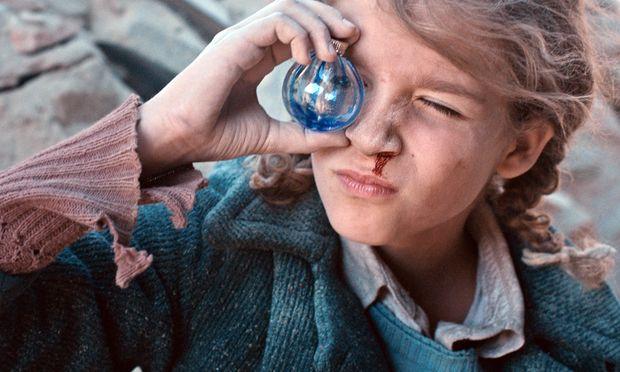 Ausgebombt: Die achtjährige Christine (Zita Gaier) klettert auf den Schutthaufen, der einmal ihr Haus war. Auch dort gibt es Spielzeug zu entdecken.