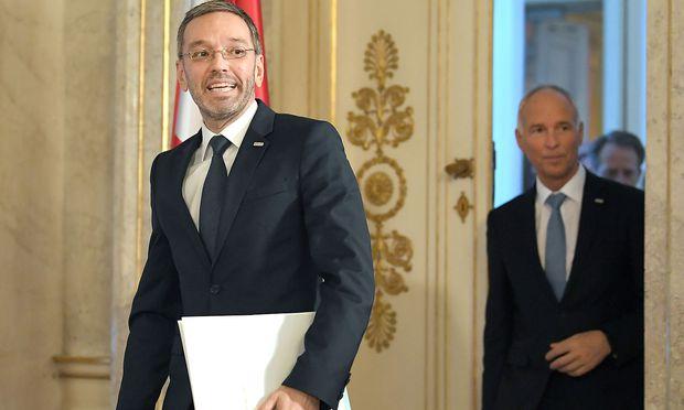 Herbert Kickl und Peter Goldgruber: Der Spitzenbeamte hatte Anfang November die gegen ihn erhobenen Vorwürfe zurückgewiesen und seinen Minister in Schutz genommen.