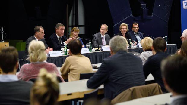 Abg. Jarolim, Sektionschef Pilnacek, Professorin Reindl-Krauskopf, Moderator Kommenda, Anwaltskammer-Vizechefin Rech, Landesgerichtspräsident Forsthuber.