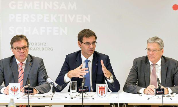 Günther Platter (ÖVP/Tirol), Markus Wallner (ÖVP/Vorarlberg) und Peter Kaiser (SPÖ/Kärnten) bei der Landeshauptleutekonferenz in Feldkirch.
