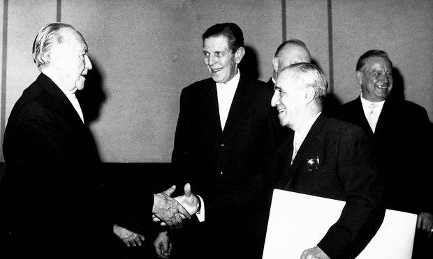 Der deutsche Kanzler Konrad Adenauer ehrt u.a. den Journalisten Armin Mohler, ter anderem Armin Mohler, geistigen Vertreter der Konservativen Revolution