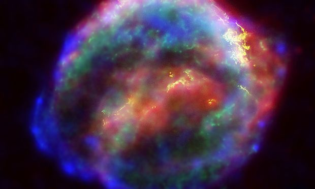 Diese Supernova sah Kepler 1604, er sah sie als hellen Stern. In das Foto von 2004 wurden Wellenlängen eingearbeitet, die für uns unsichtbar sind.
