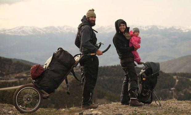Zum Abschluss der Weltreise ging es zu Fuß von Barcelona nach Freiburg: Gwendolyn Weisser und Patrick Allgaier mit ihrem Sohn, Bruno, in den Pyrenäen.