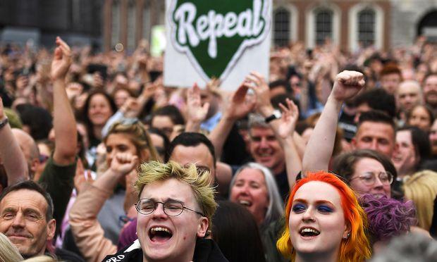 """Menschen feiern in Dublin das """"Ja"""" zur Abschaffung des Abtreibungsverbots"""