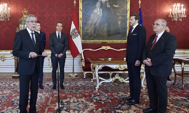 Der Formalakt fand um 9 Uhr in der Hofburg statt: Bundespräsident Alexander Van der Bellen hat Wolfgang Brandstetter (r.) als Vizekanzler und Harald Mahrer als Wirtschaftsminister angelobt.