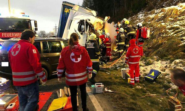 Ein Toter und acht Verletzte bei Massencrash