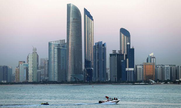 Die Skyline der Stadt mit dem Wolkenkratzer Burj Mohammed Bin Rashid