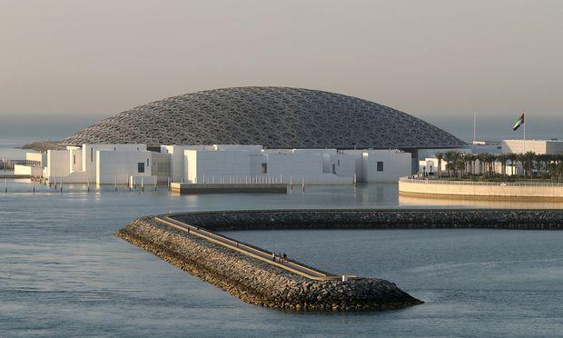 Die charakteristische Kuppel des Louvre Abu Dhabi.